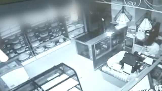 3少年凌晨盗窃蛋糕店,拿面包充饥