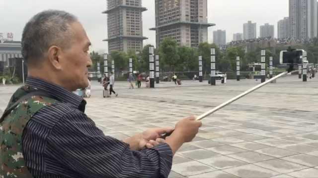 赶潮流!72岁老人拍照不离自拍杆