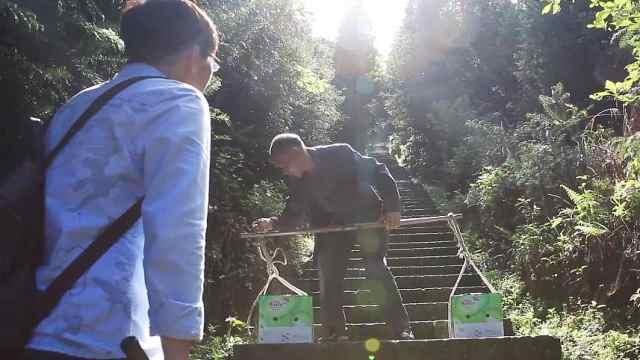 大爷每天挑重担爬几百级石梯为了啥