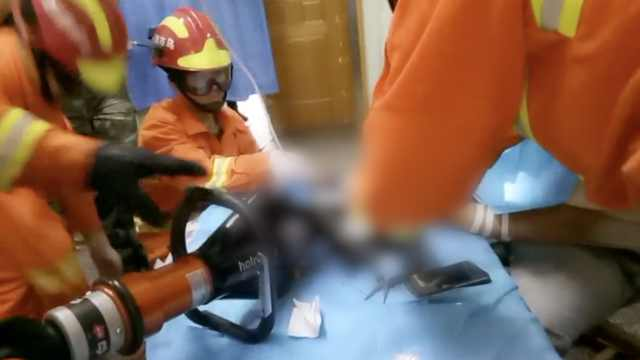 他铲墙皮时不小心,机器吞进3根手指