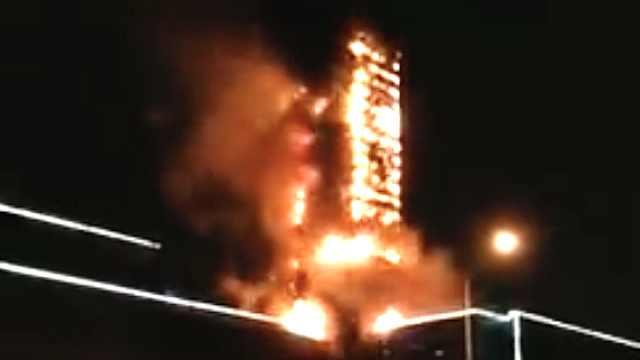南京一现代化大楼遭雷劈,烧成火柱