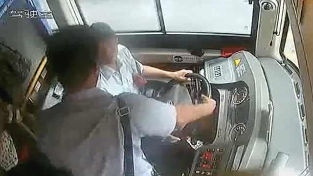 公交车正行驶,男子发狂强抢方向盘