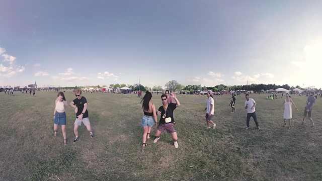 甩动胳膊扭起腰,一起上草坪尬个舞