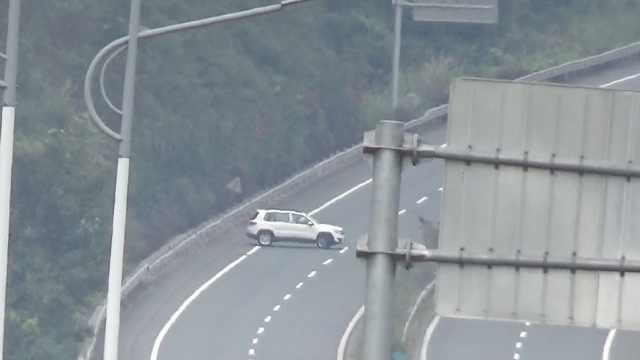 0手续小车遇临检,司机高速掉头逆行