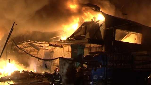 日杂仓库凌晨起火,大量货物被烧毁