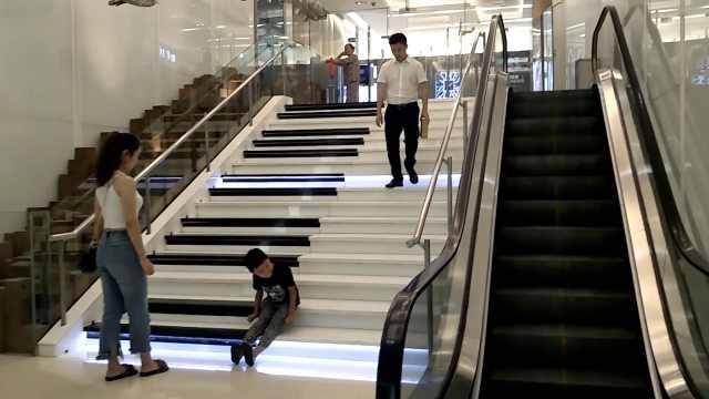 钢琴楼梯踩上去要响,美女专门来玩