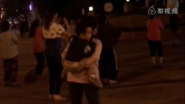 果然奶奶带大的,背着孩子也要跳舞
