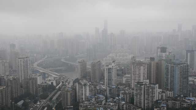 雾都初秋的傍晚,雾气缭绕两江仙境