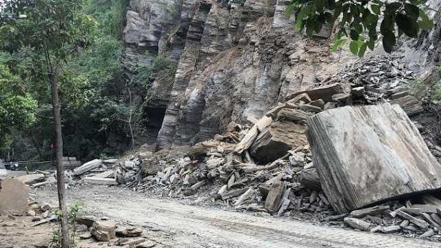 陕西旬阳发生山体垮塌,巨石砸多车