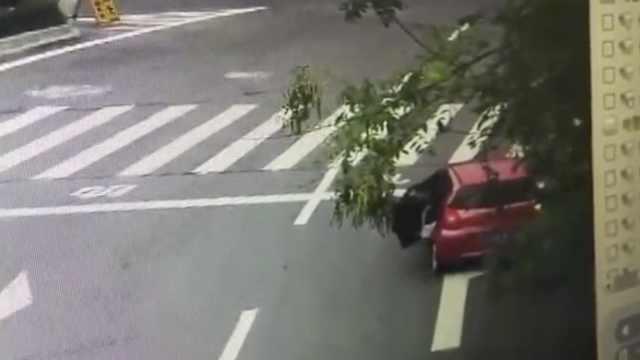 女童独坐车后座,车行途中开门坠地