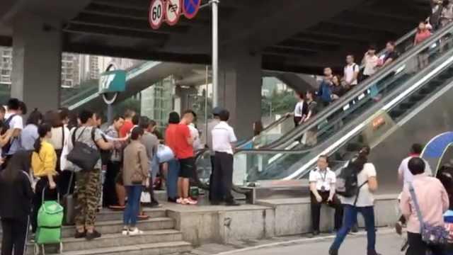 出行人多!大学城轻轨站都限人流了