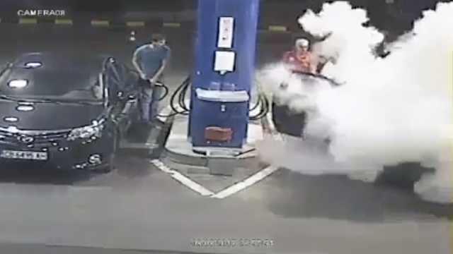 男子加油站吸烟,员工灭火器喷全身