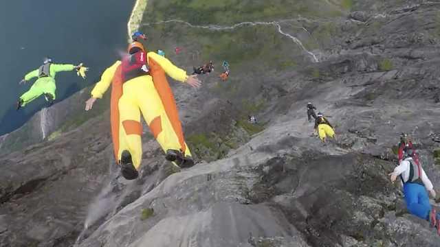 22人极限跳伞,高空撒下好友骨灰