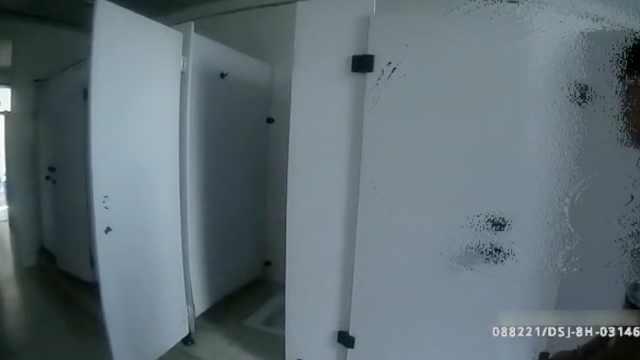 男子溜进女厕,偷窥女生上厕所被拘