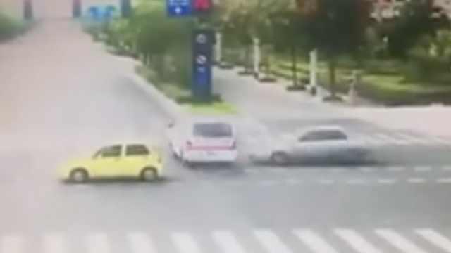 惊险!120急救车任务中被轿车撞翻