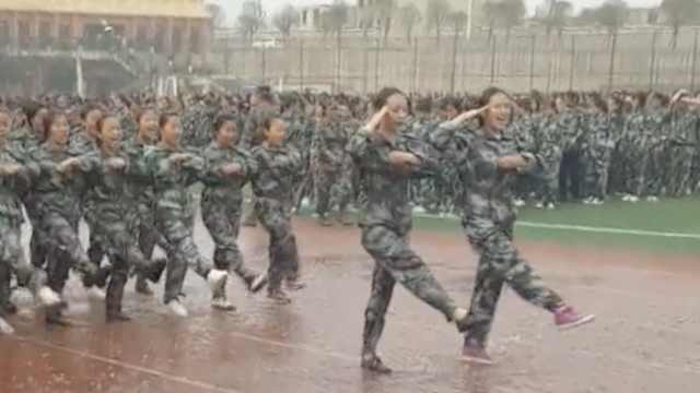 他们军训太晒求雨,结果淋雨踢正步