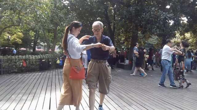 白发大爷跳广场舞,引来一群年轻人