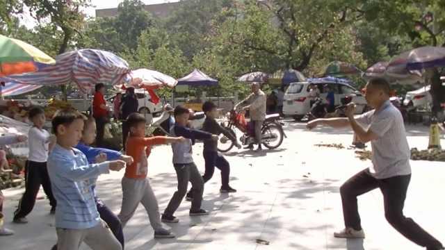 3男子公园教武术,让学生远离游戏