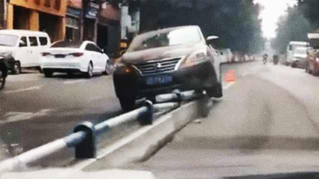 一般人没这技术!轿车骑上隔离带