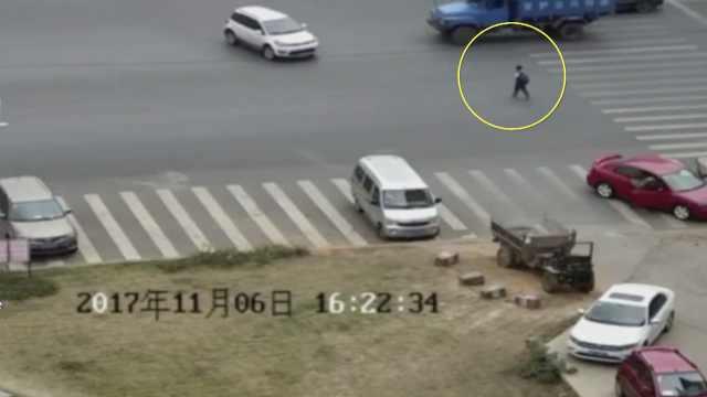 越野车被挡视线,男孩被撞飞4米远