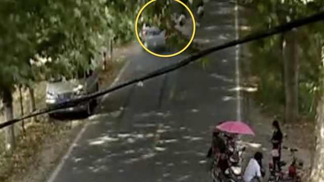 三轮车突转弯被撞,乘客飞出10米远