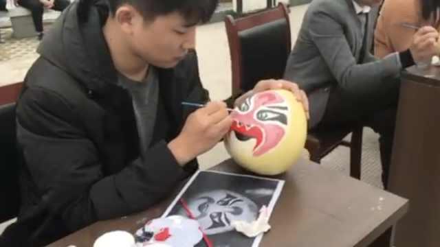 农民在柚子上画脸谱,要卖30元一个