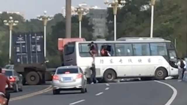 货车怼大巴,司机被困乘客砸窗跳车