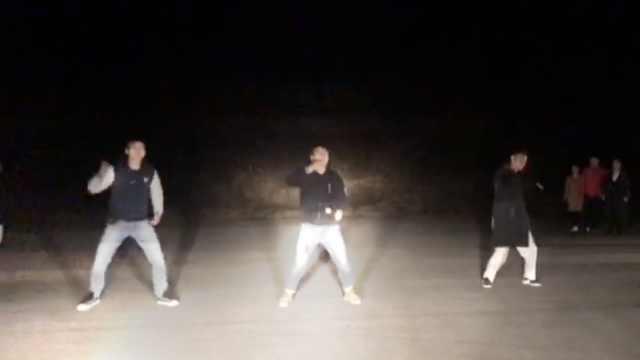 他们高速服务区开车灯,嗨跳广场舞