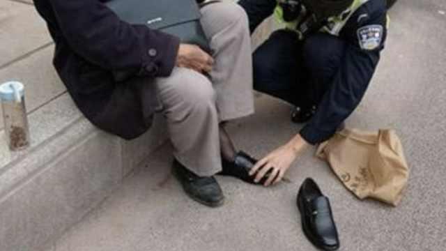 8旬翁摔坏鞋,协警记下鞋码买新鞋
