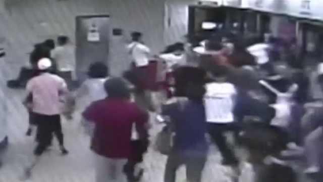 地铁内狂奔 吓坏乘客