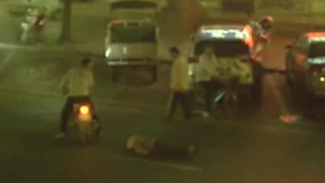 男子骑车撞倒老人,看几眼立马就跑