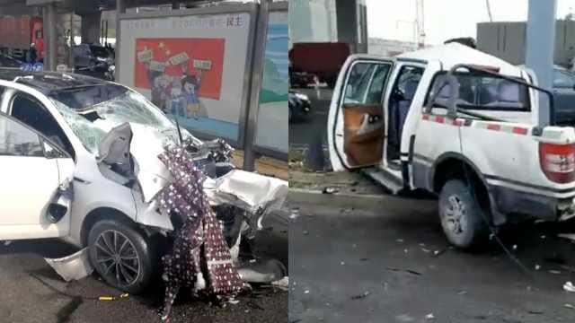 小车撞倒2电瓶车后,又冲向执法车
