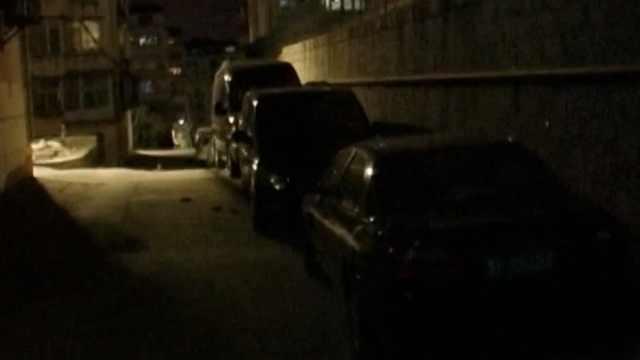 3熊孩子扔砖头,砸了2辆奔驰商务车