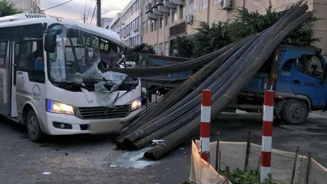 客车路口撞上货车,钢筋直插驾驶室