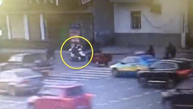 她骑车载娃撞老人,警方敦促其投案