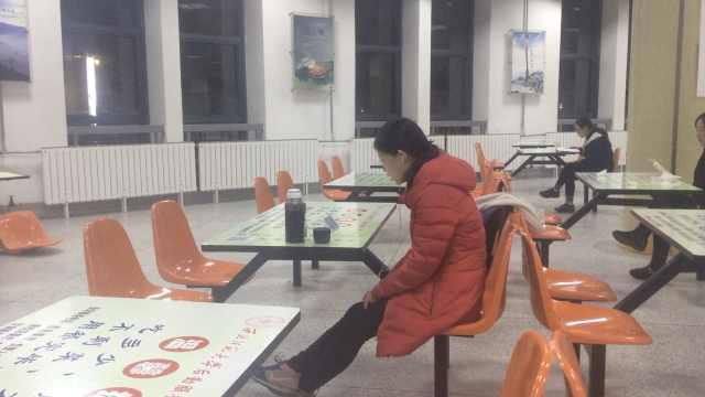 考研族清晨占领高校食堂,借光看书