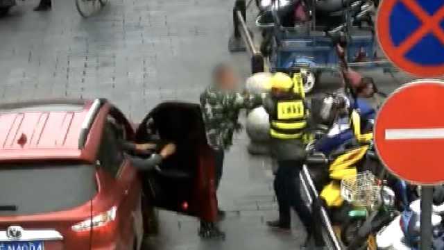 劝导员拦司机勿闯单行道,被扇耳光