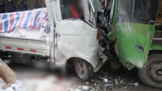 客车与货车迎头撞,车头全毁1死2伤