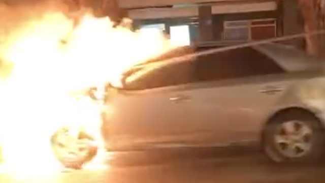 行驶轿车突然起火,燃爆声惊呆路人