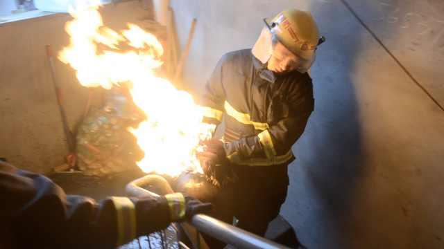 民房起火,消防7楼抱着火气罐冲出