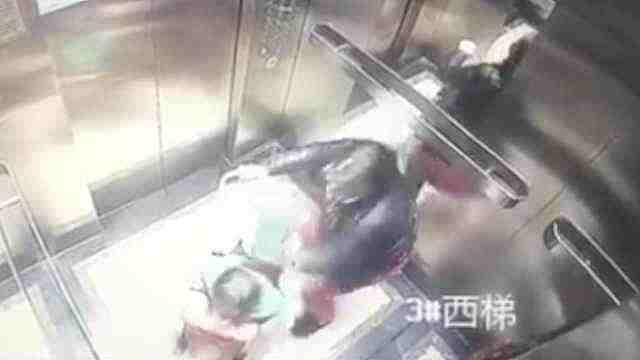 保姆电梯内殴打幼童,已被拘留