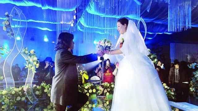 为圆母亲一个梦,父子同台办婚礼