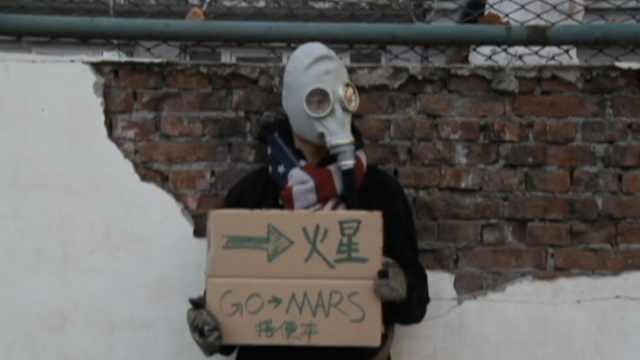 他呼吁环保,戴面罩&举牌称要去火星