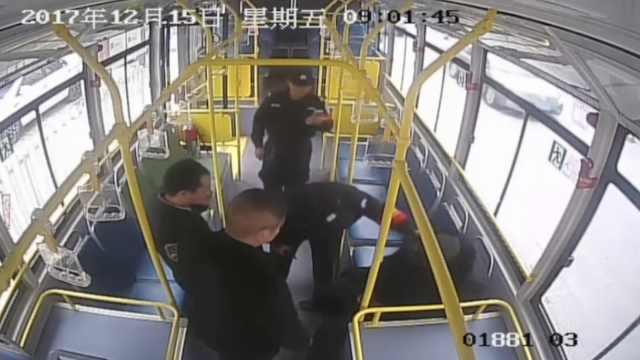 公交车到站老人一动不动,吓坏司机