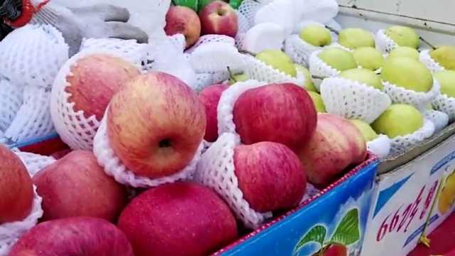 新疆小伙街边卖水果,开了三天车