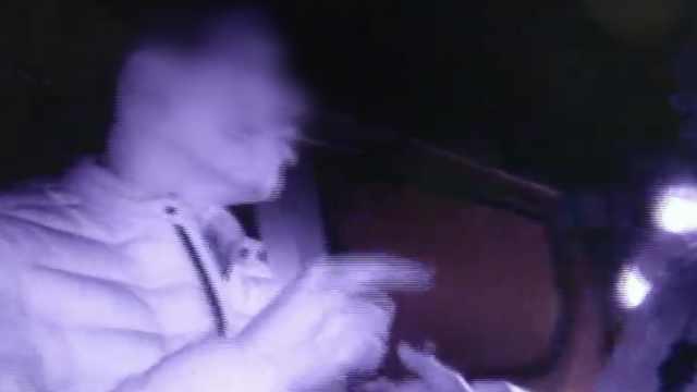 醉司机闯卡伤警还否认:老婆清醒着