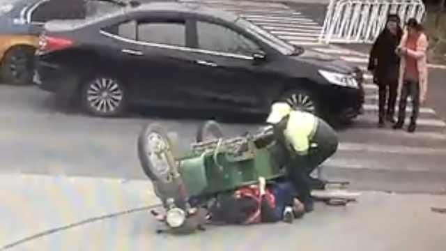 3轮被轿车撞翻压老人,环卫工忙抬车