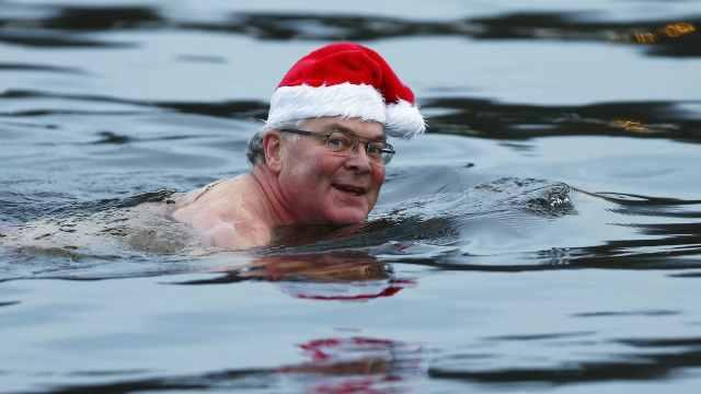 直播:没驯鹿,数百圣诞老人赤膊冬泳