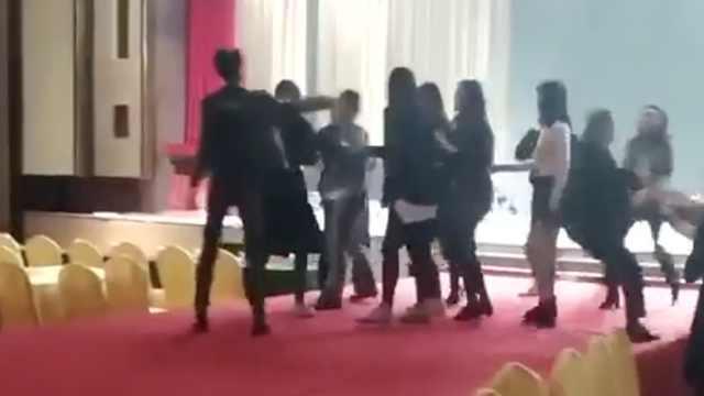 多名模特与酒店人员冲突,T台上互殴