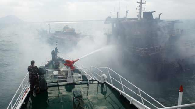 运沙船大火!海警5小时扑救保住船体